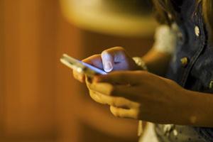 Uma garota usando seu telefone